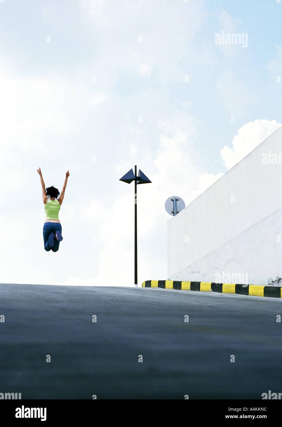 Person in der Mitte der Straße springen Stockbild