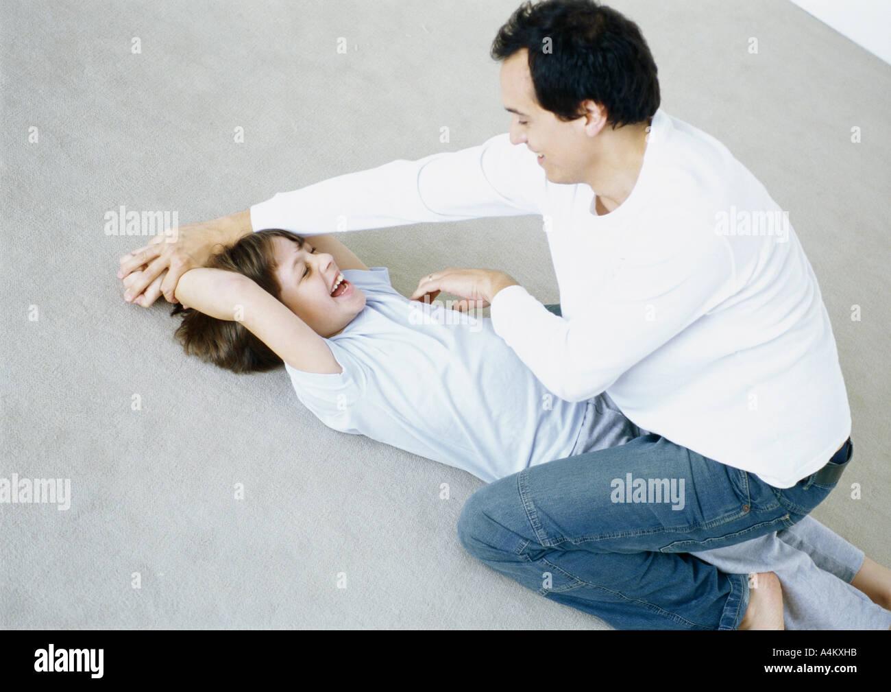 Kitzeln junge Mann am Boden Stockfoto, Bild: 6328986 - Alamy