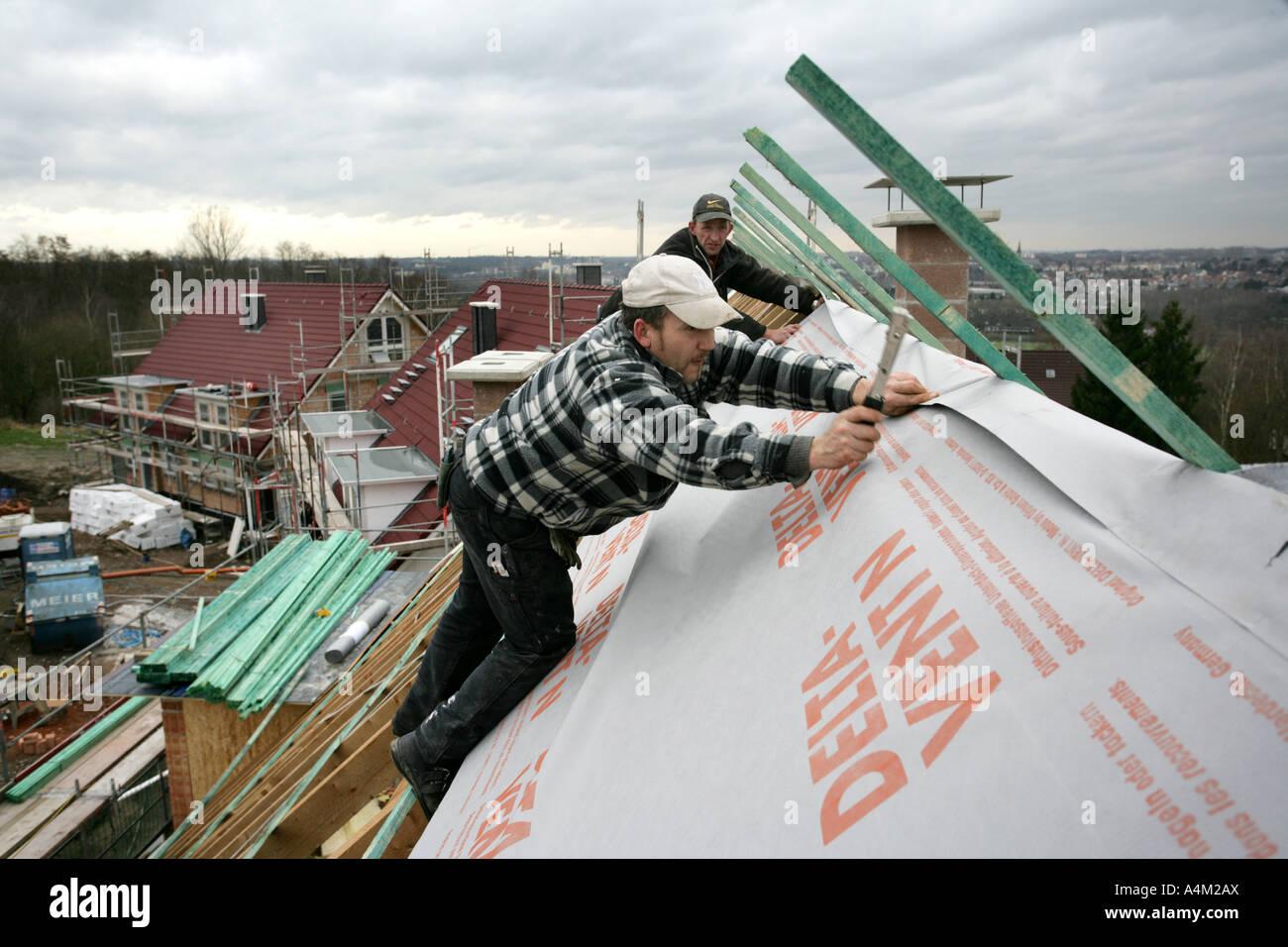 DEU-Deutschland-Essen-Dach Fliesenleger bei der Arbeit bauen ein ...