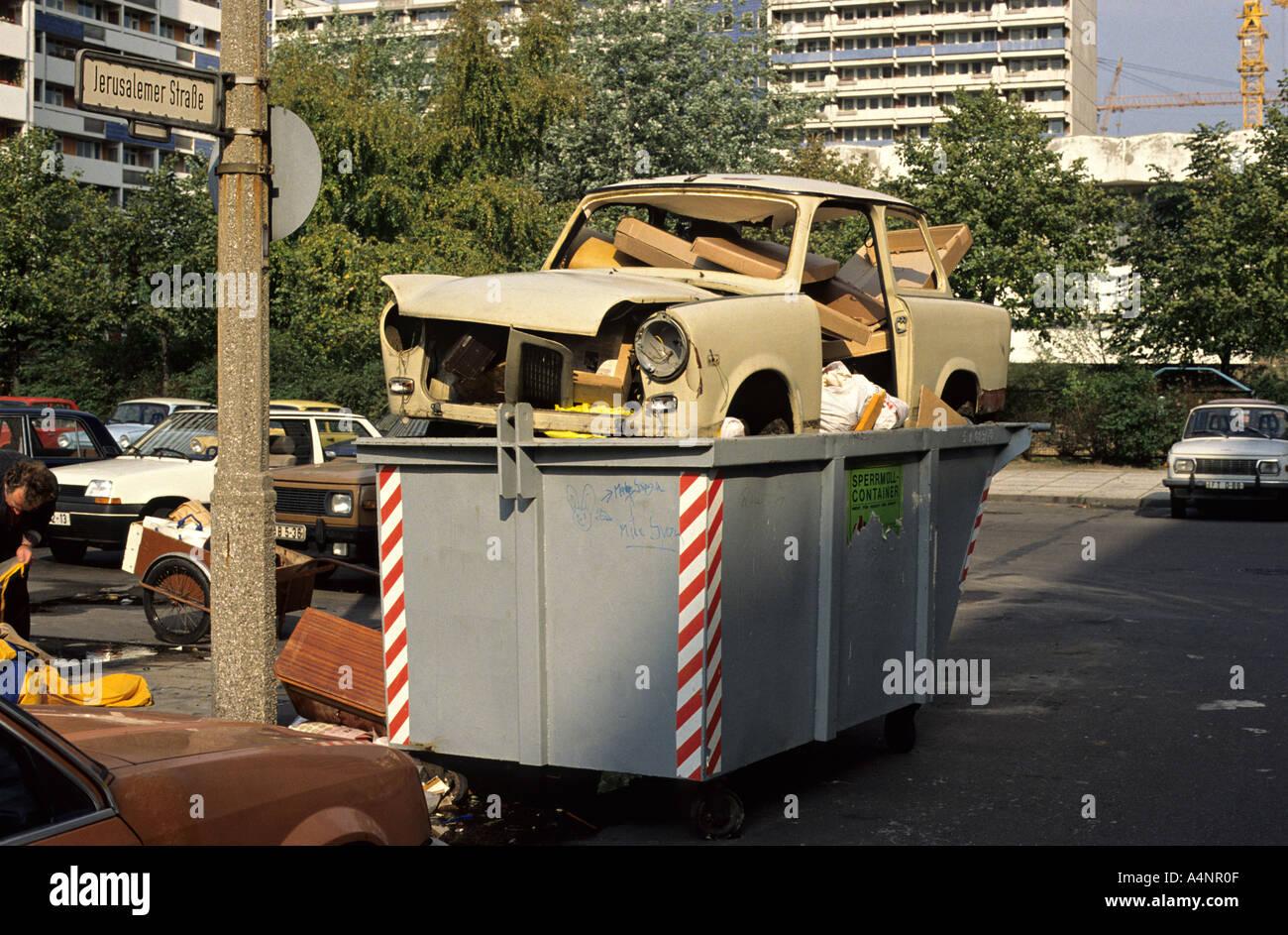 Sommer 1990. Das allererste Trabant Auto, das nach dem Fall der Berliner Mauer im Jahr 1989 in Ost-Berlin weggeworfen habe. Stockbild