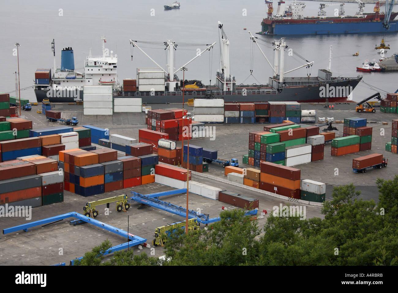 Container-Schiff und Hafen voller Seecontainer in einem belebten Containerhafen - Valparaiso in Chile Stockfoto