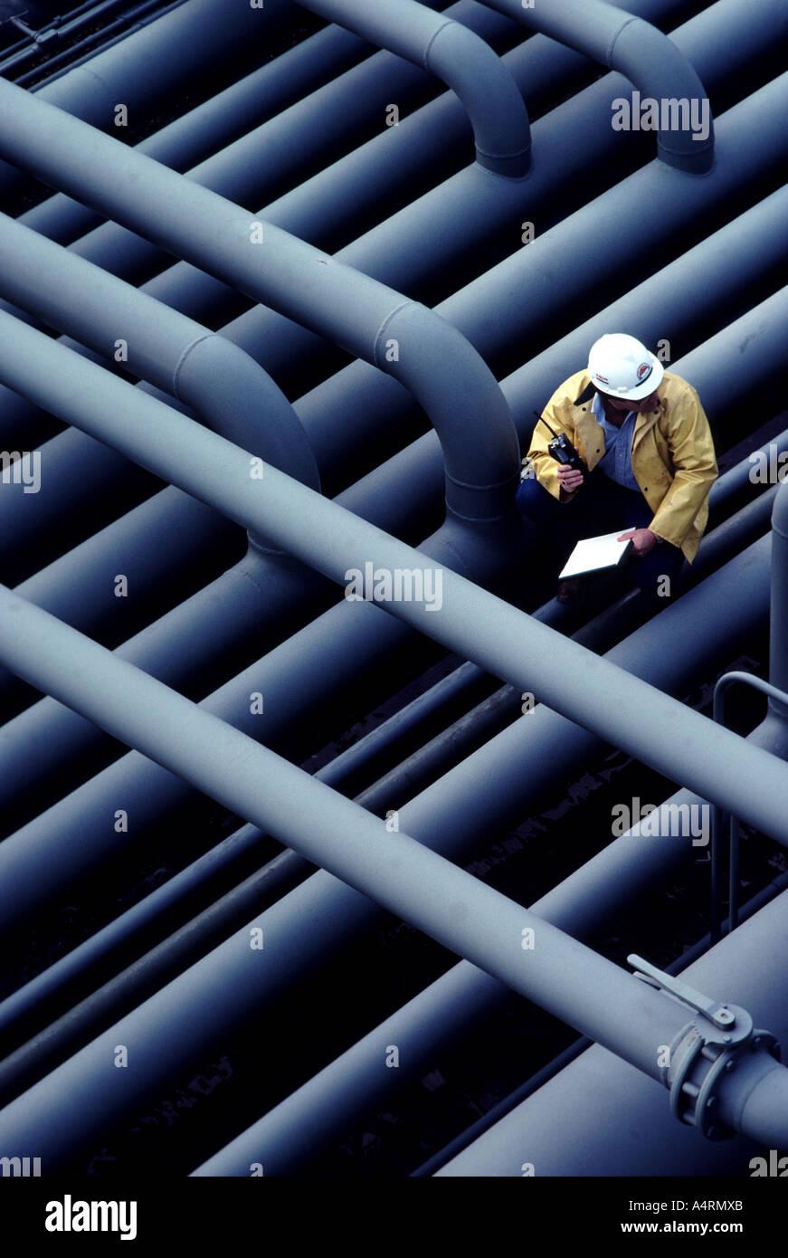 Ein Supervisor bei Öl- und Gas-Anlage durchläuft einen Sicherheits-Check. Stockbild