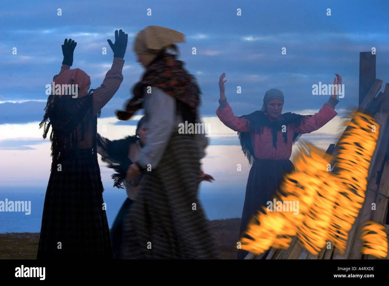 junge Mädchen aus Vardö in Norwegen führen einen Hexe Tanz um die Frauen zu gedenken, die in der 1800Ths verbrannt wurden Stockbild