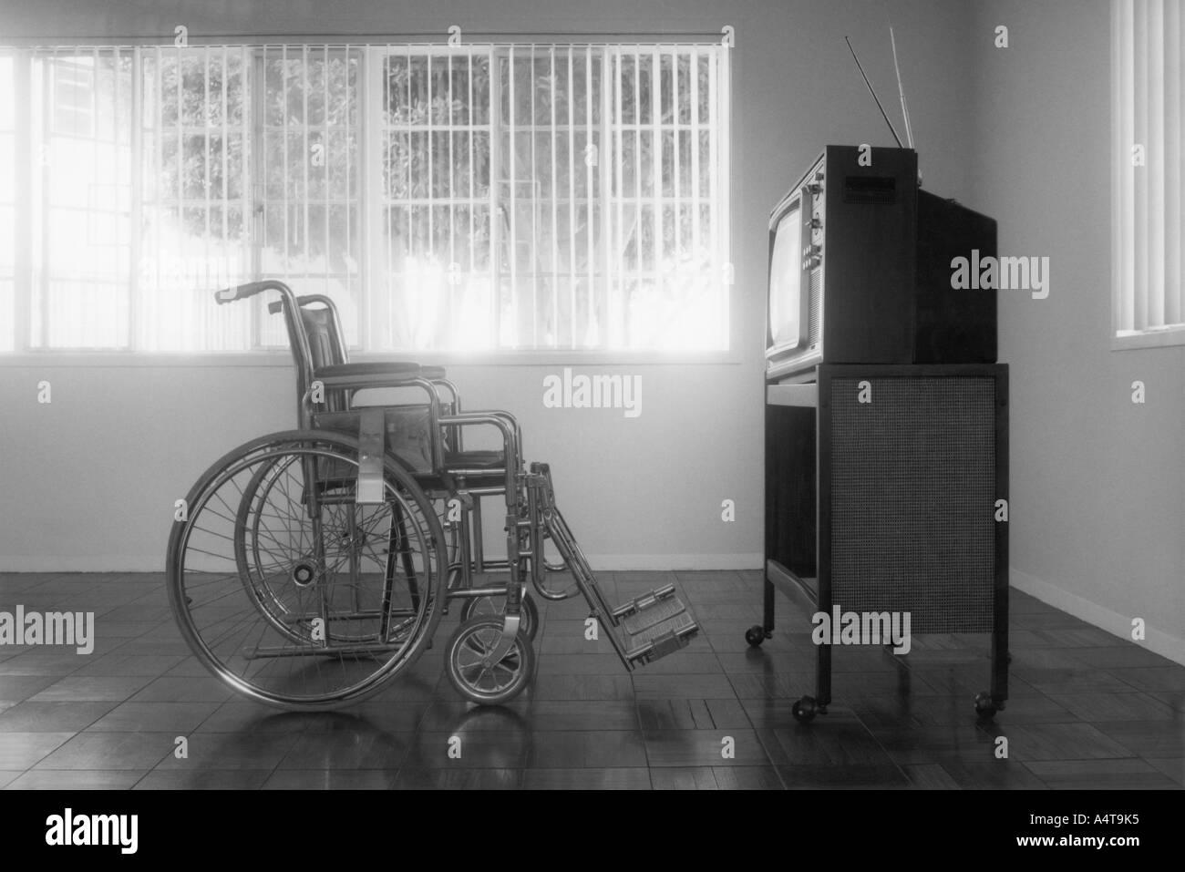 Leeren Rollstuhl sitzt vor einem leeren Fernseher einstellen Stockfoto