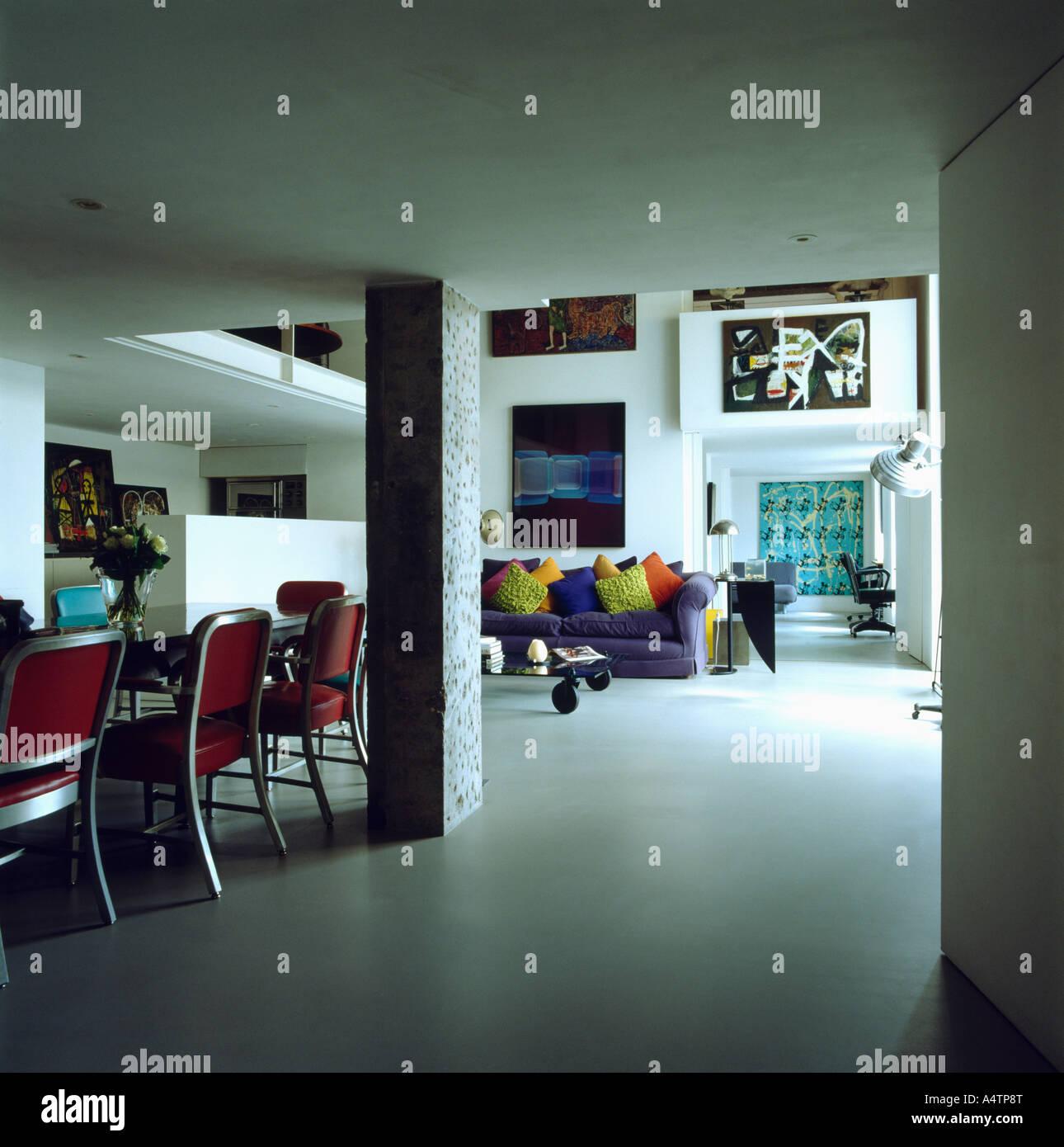 Offene Ess Und Wohnzimmer Mit Weissen Bodenbelag In Modernen Stadt