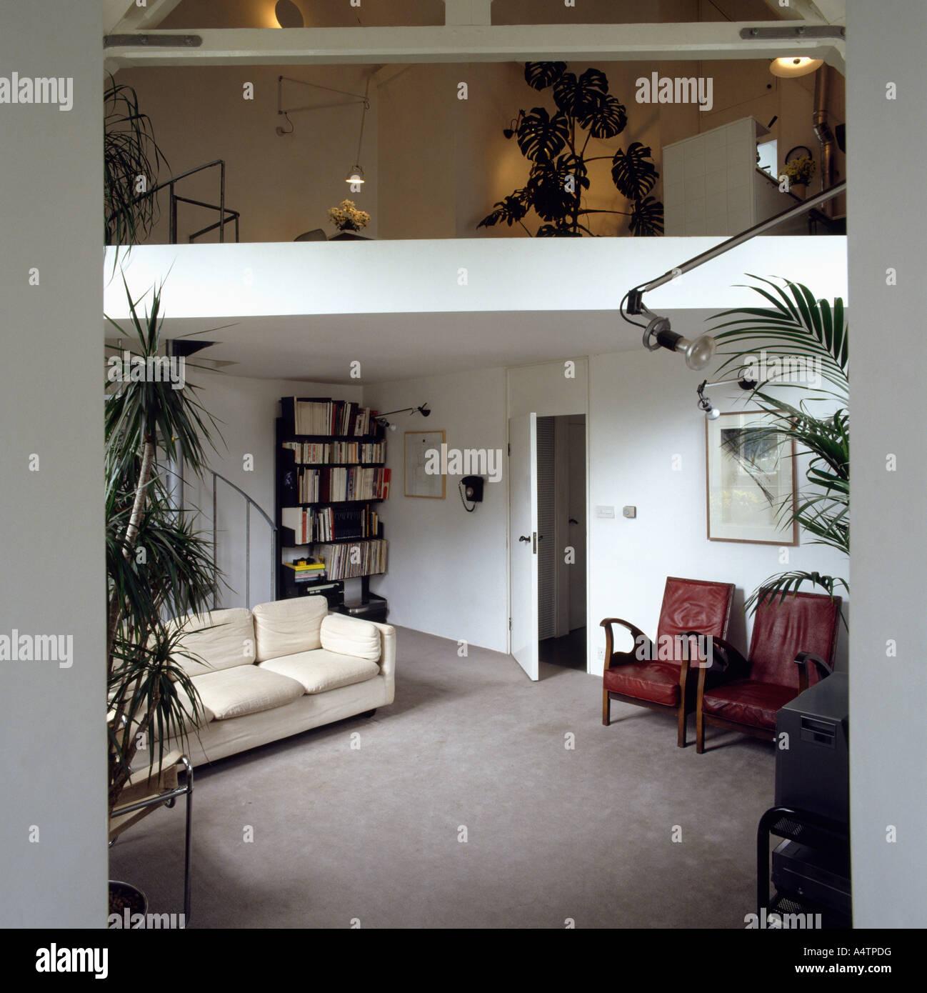 Weißes Sofa Und Grauen Teppich Im Wohnzimmer Mit Zwischengeschoss In  Wohnung In Der Umgebauten Schule