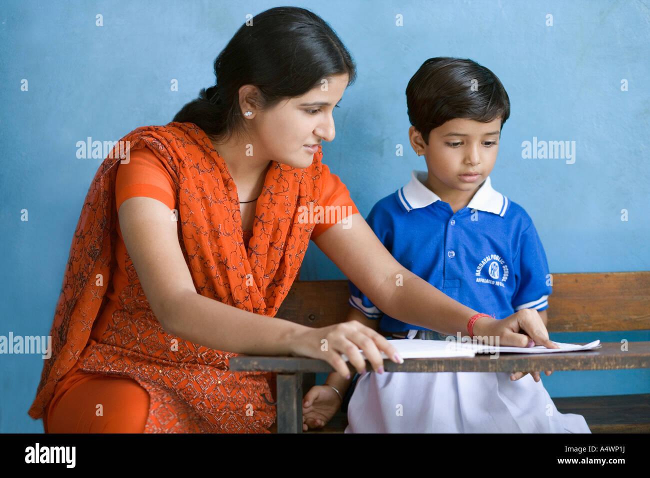 Lehrer helfen, student Stockbild