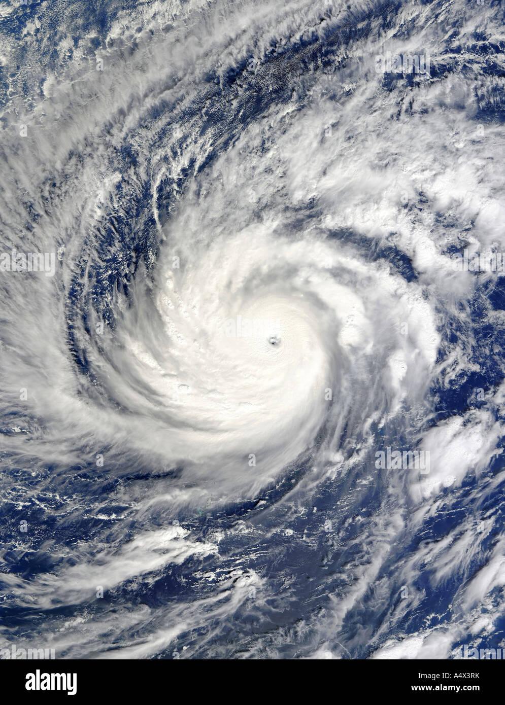 Majestätisch über dem westlichen Pazifischen Ozean westlich der Philippinen Super Typhoon Lupit Kategorie Stockbild