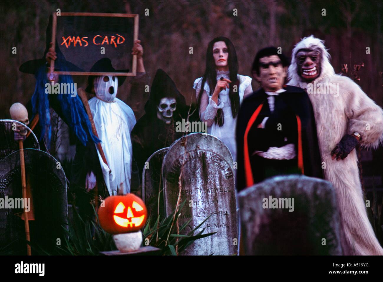 Gruppe Von Erwachsenen In Halloween Kostumen Stockfoto Bild