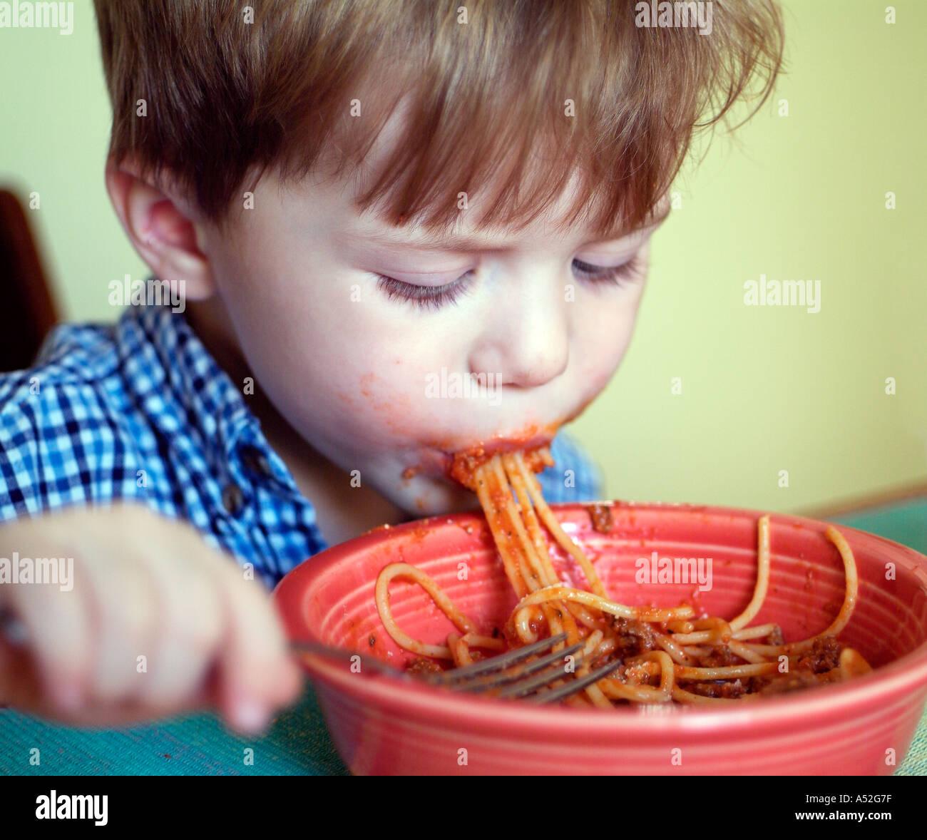 junge beim chaotisch spaghetti abendessen aus sch ssel schlampig manieren kind kinder humor. Black Bedroom Furniture Sets. Home Design Ideas