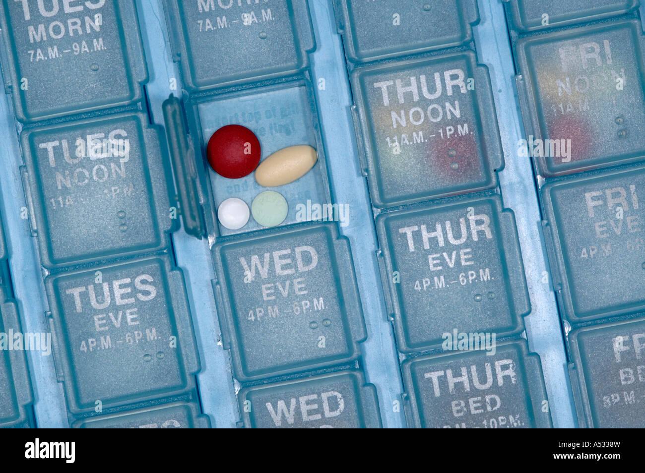 Eine ältere Senioren Person täglich wöchentlich Pille Veranstalter Stockbild