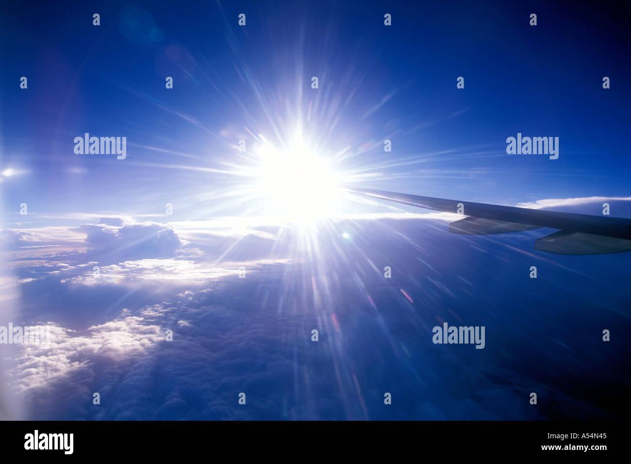 Blick auf Flugzeugflügel und Himmel aus Flugzeugfenster Stockbild