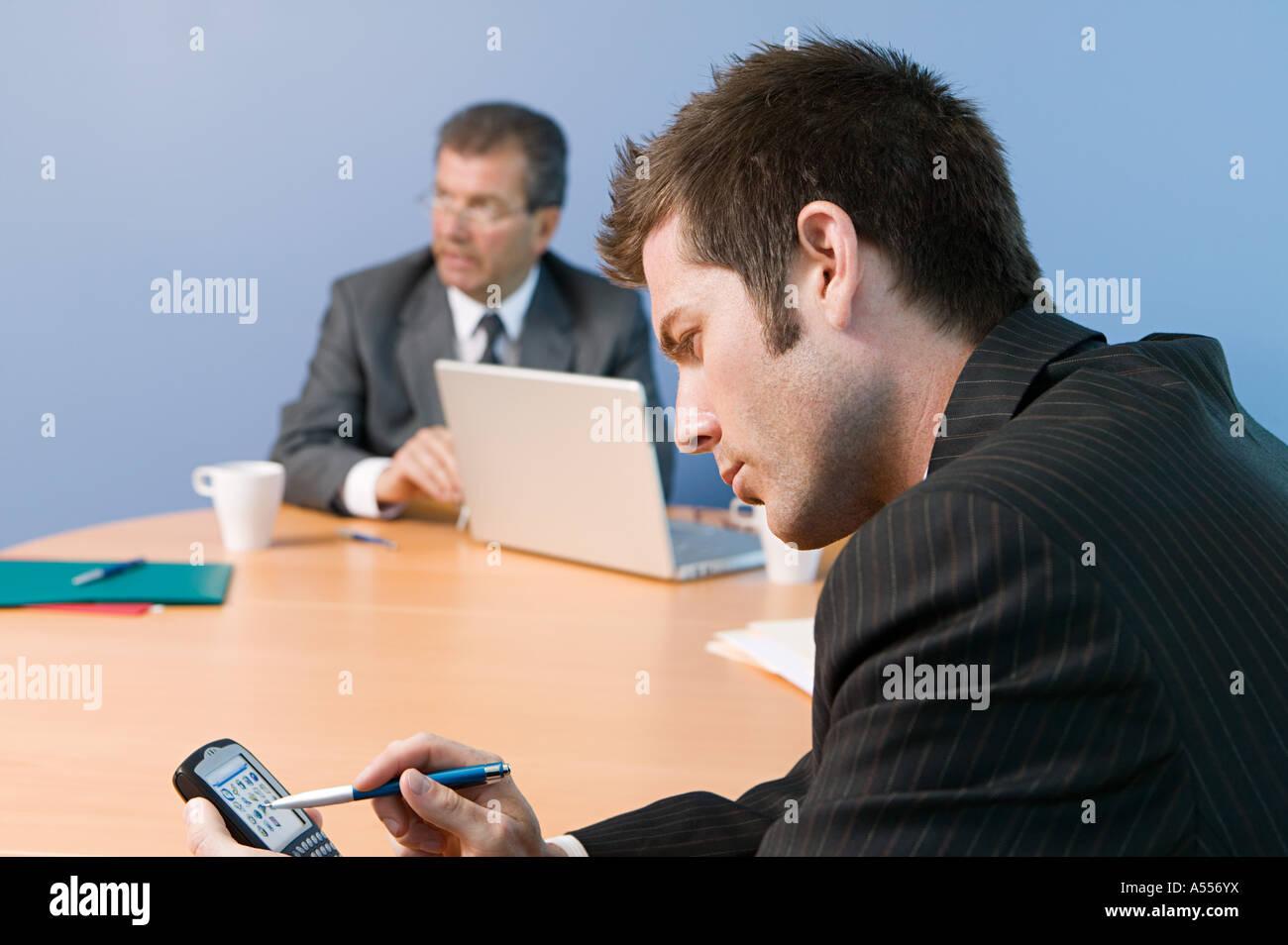 Geschäftsmann mit Hand-held computer Stockbild