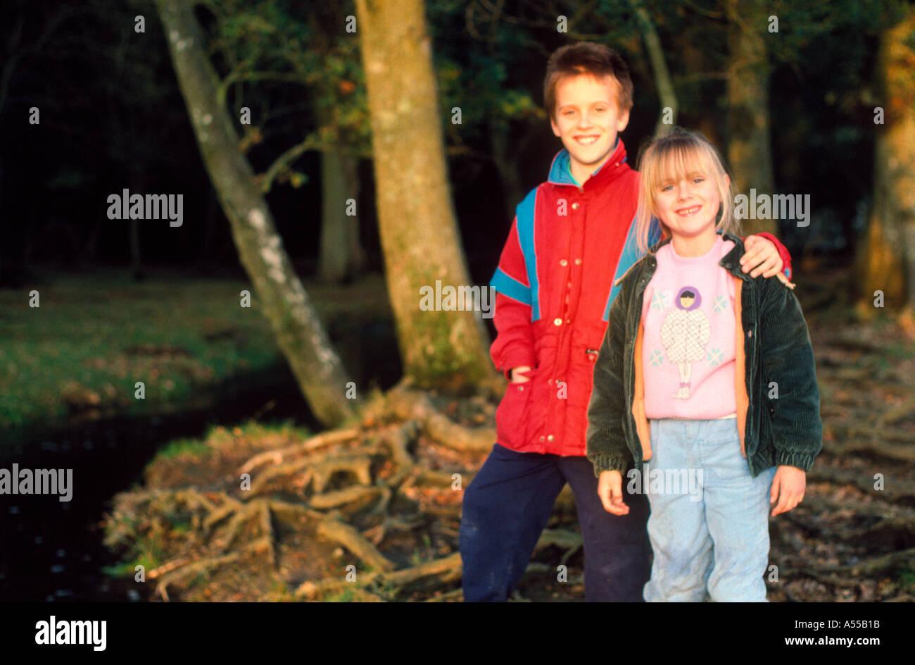 Kinder in Holz bei der New Forest ca. 1990 Stockbild