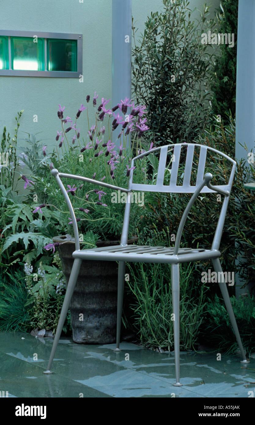 Metall Stuhl vor Lila Lavendel \