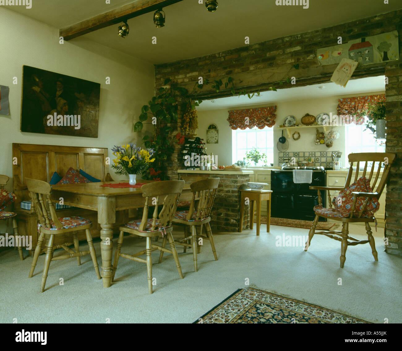 Kiefer niederlassen und Esstisch und Stühlen in Bauernküche mit ...