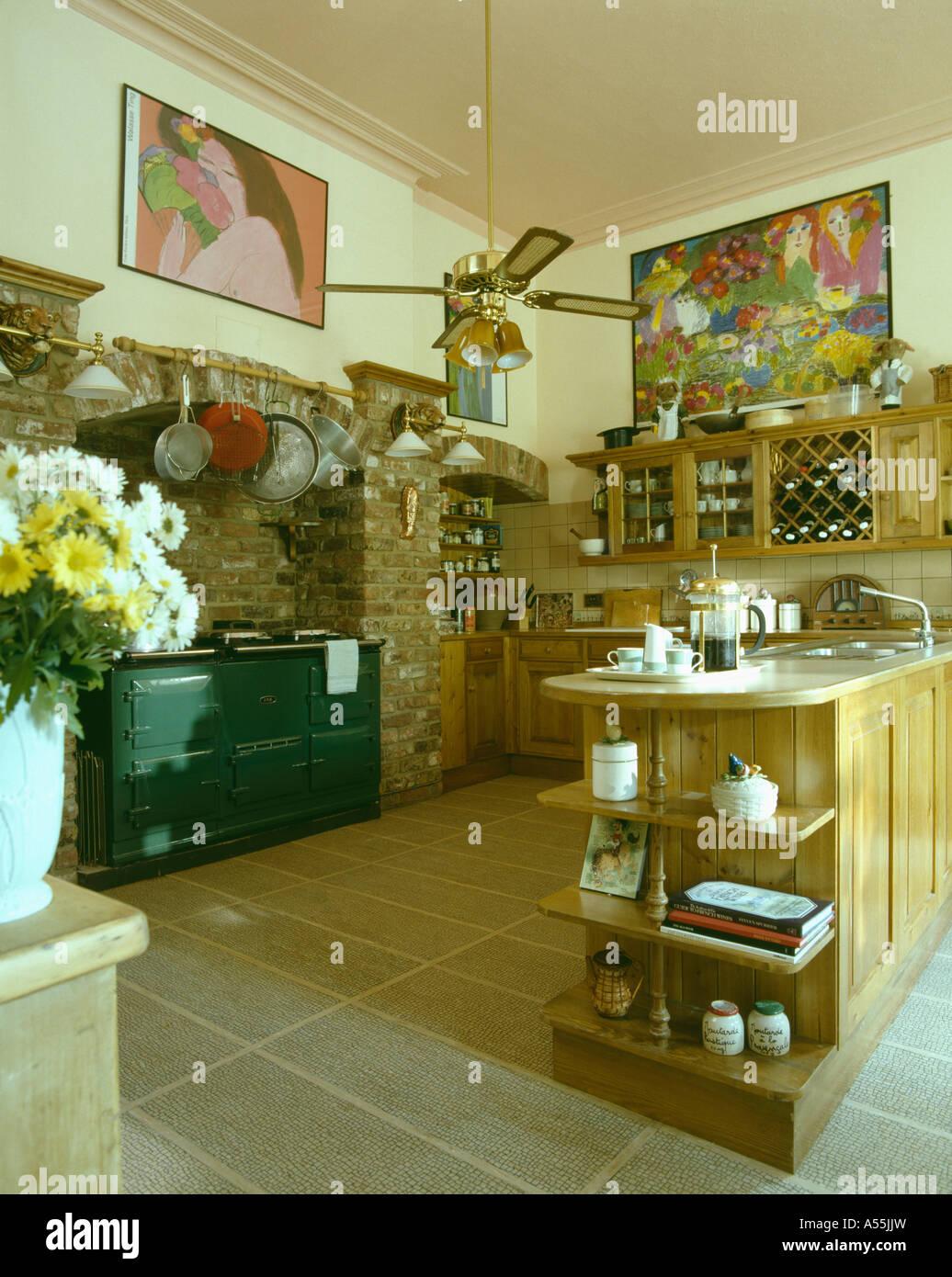 Grün-Aga-Ofen im traditionellen Küche mit Halbinsel und ...