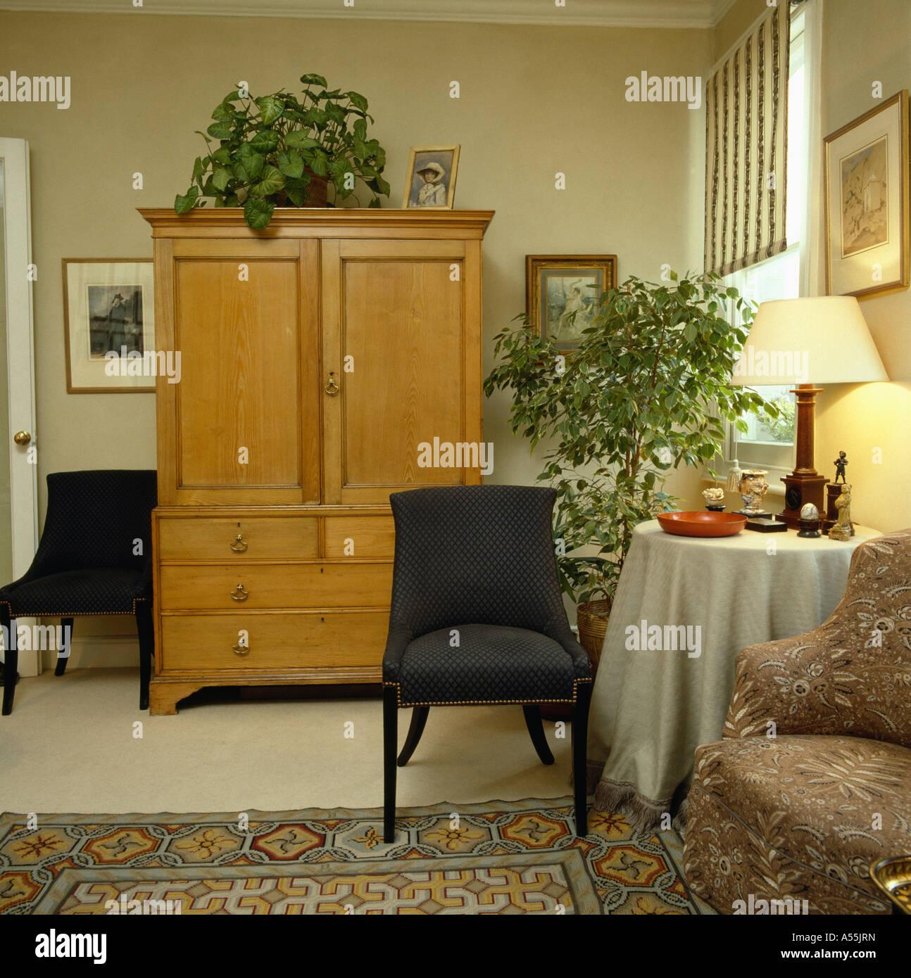 Große antike Kiefer Schrank und Esszimmerstühle im traditionellen ...