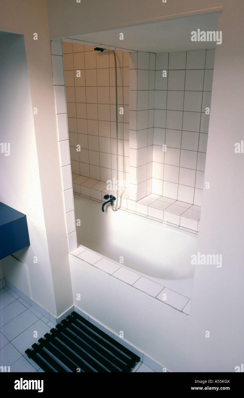 Eingelassene Badewanne und Dusche in kleinen weißen ...