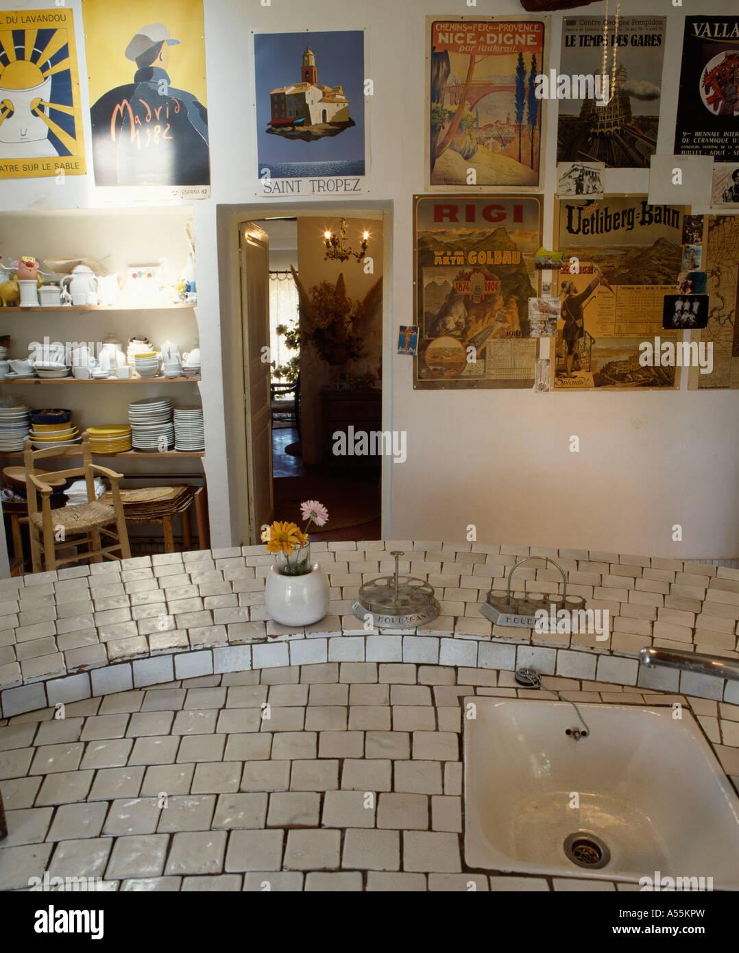 Geflieste Arbeitsplatte weiß waschbecken in weiß geflieste arbeitsplatte in der küche mit