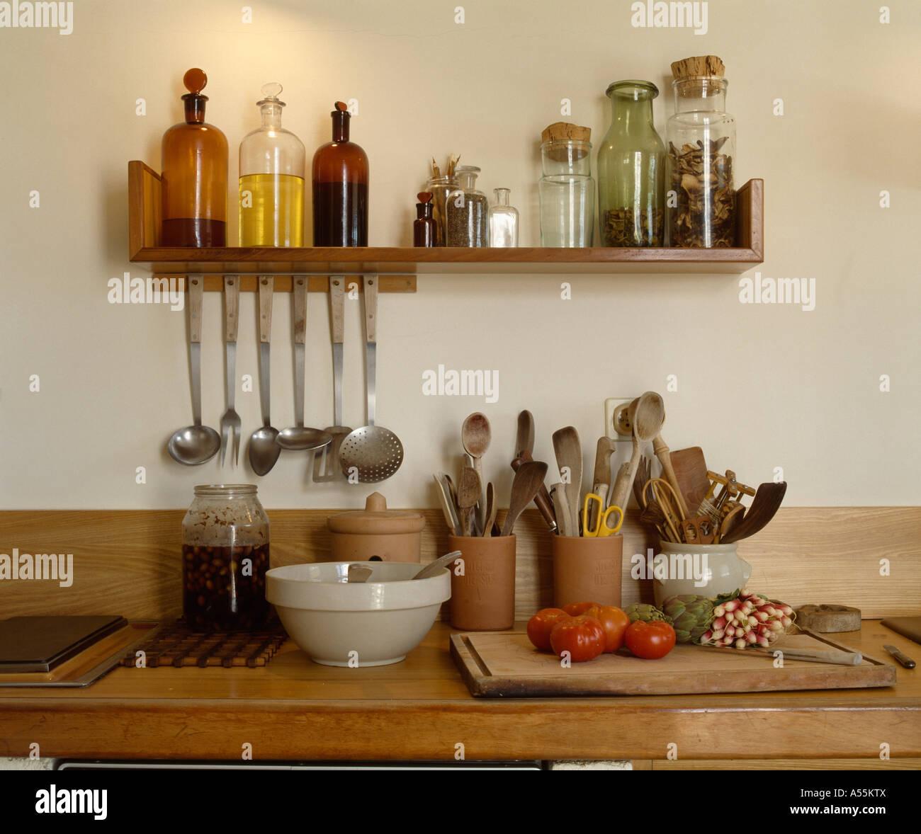 Nahaufnahme Von Holzregal Mit Glasflaschen Ol Oberhalb Arbeitsplatte Mit Topfen Aufbewahrung Von Kuchenutensilien Stockfotografie Alamy