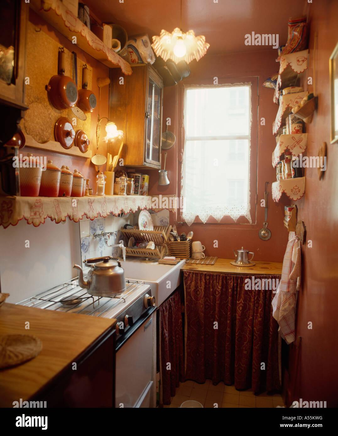 Kleine Küche mit Terrakotta-Wände und Wasserkocher auf Herd unter ...