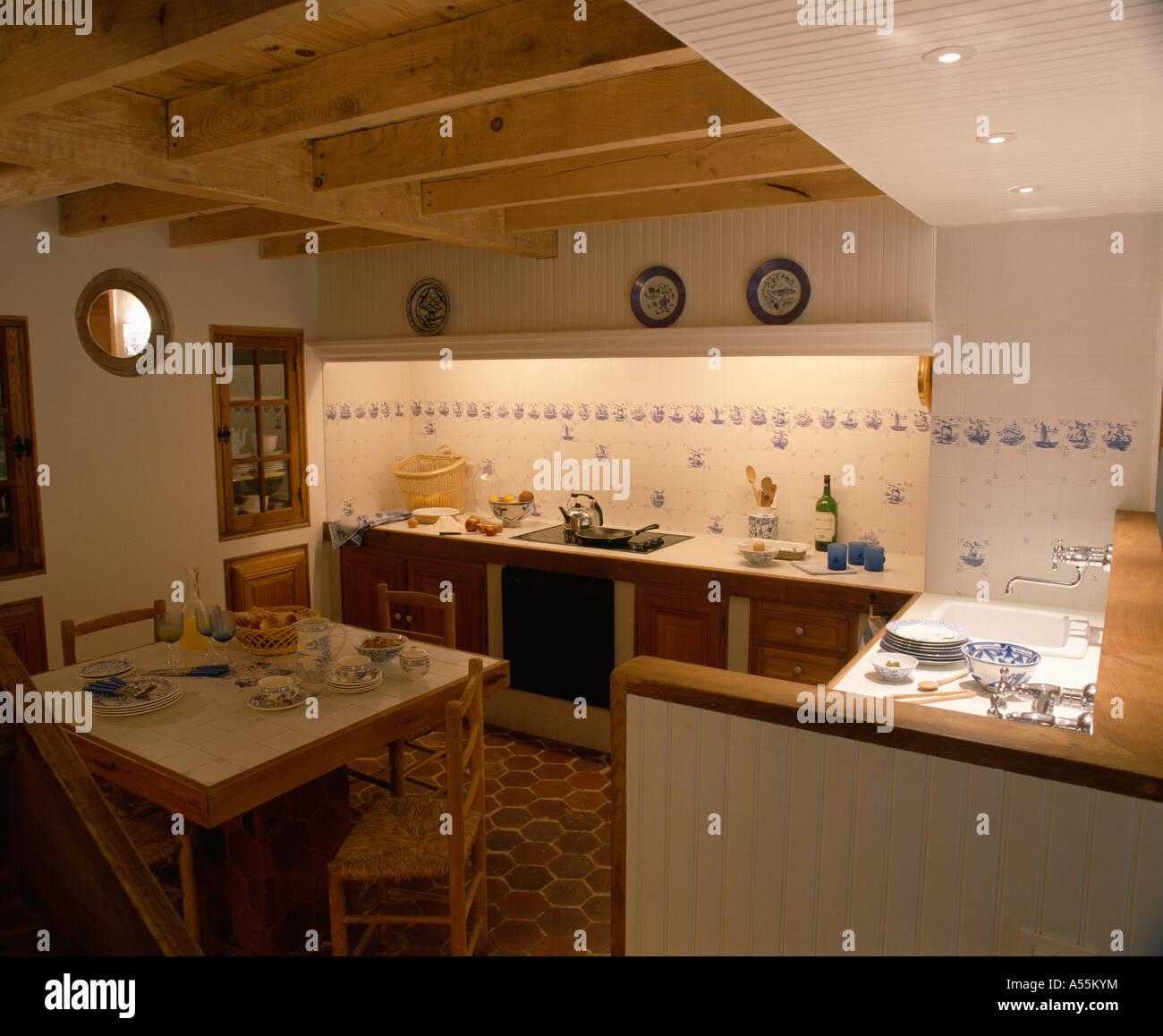 Weiße 70er Jahre Küche Esszimmer mit blauen Fliesen ...
