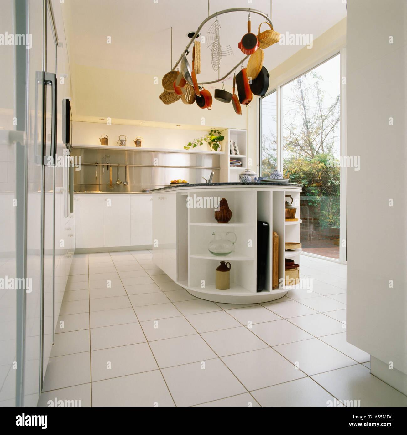 Moderne weißer Küche mit weiß gefliesten Boden und hängenden Topf ...
