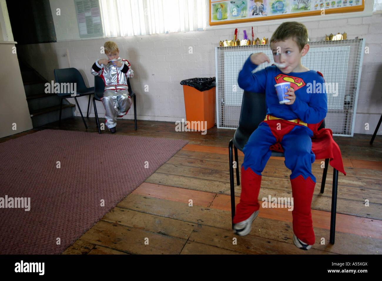 2 fünf Jahre alte Jungen anziehen als Superhelden Essen Gelee aus ...