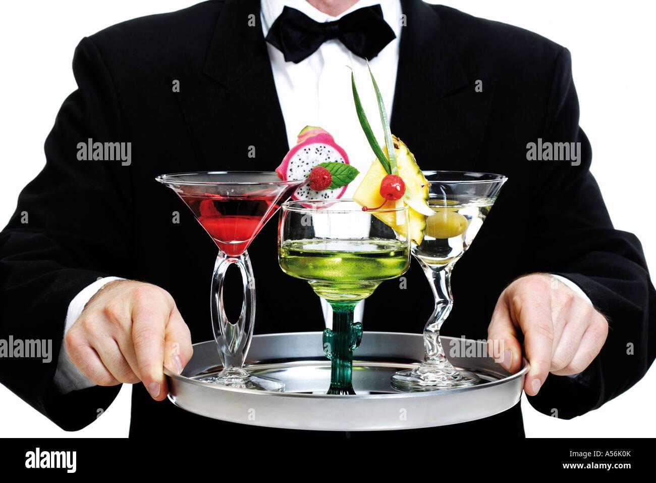 Barkeeper-Holding-Tablett mit cocktails Stockbild