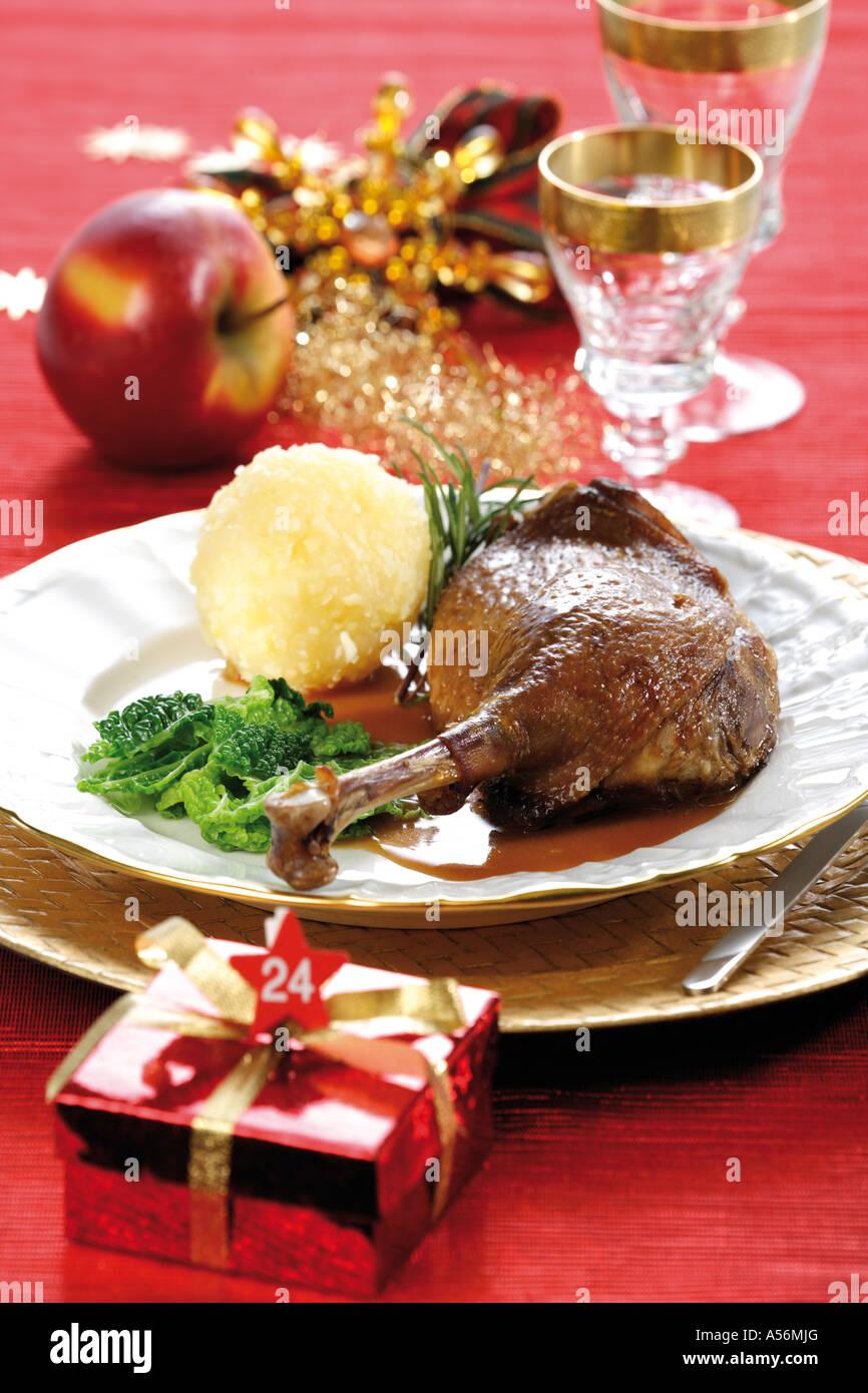 Gänsebraten mit Beilagen und Weihnachten dekoration Stockfoto, Bild ...