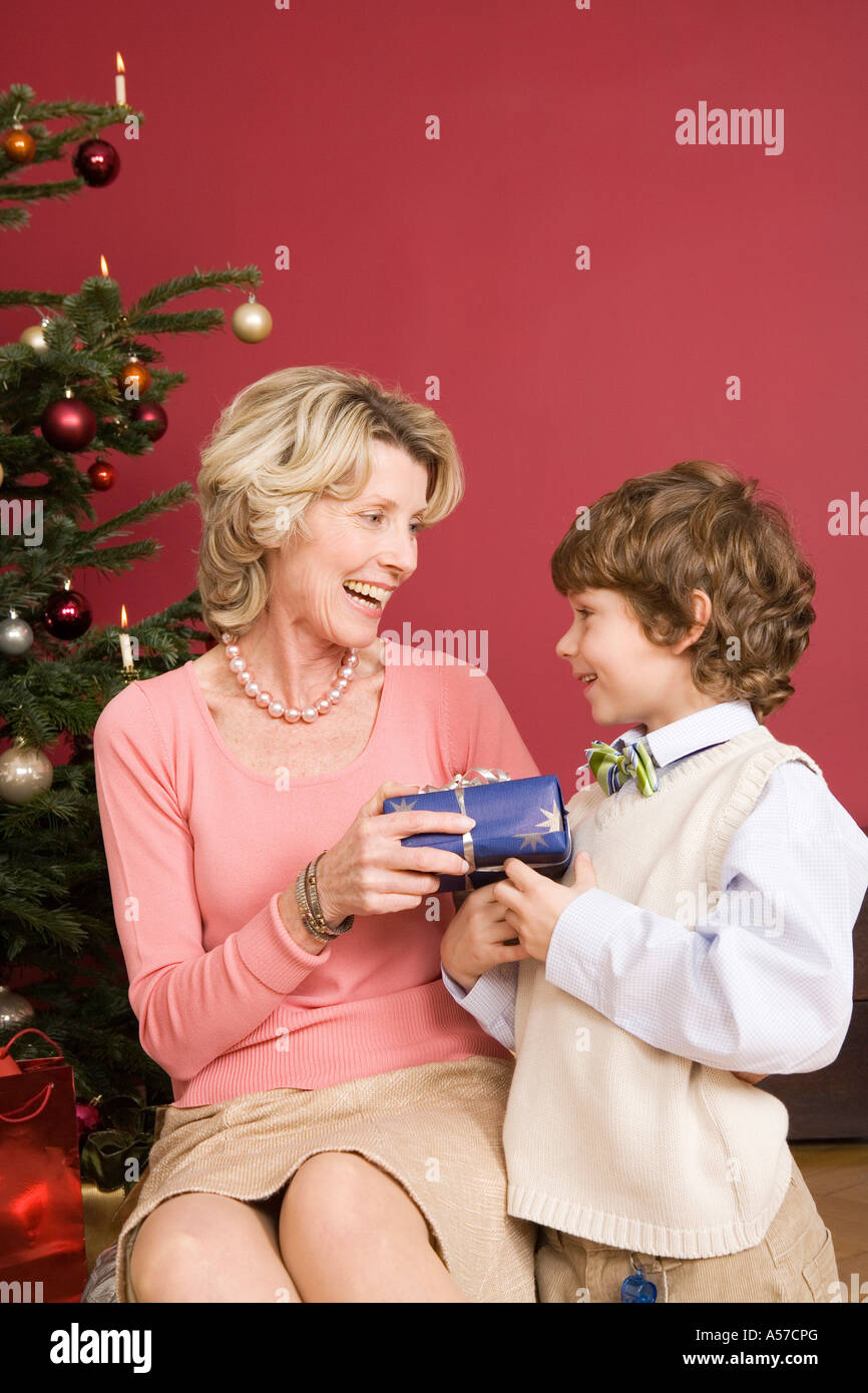 Junge (4-7) geben Weihnachtsgeschenk für Oma, Lächeln Stockfoto ...