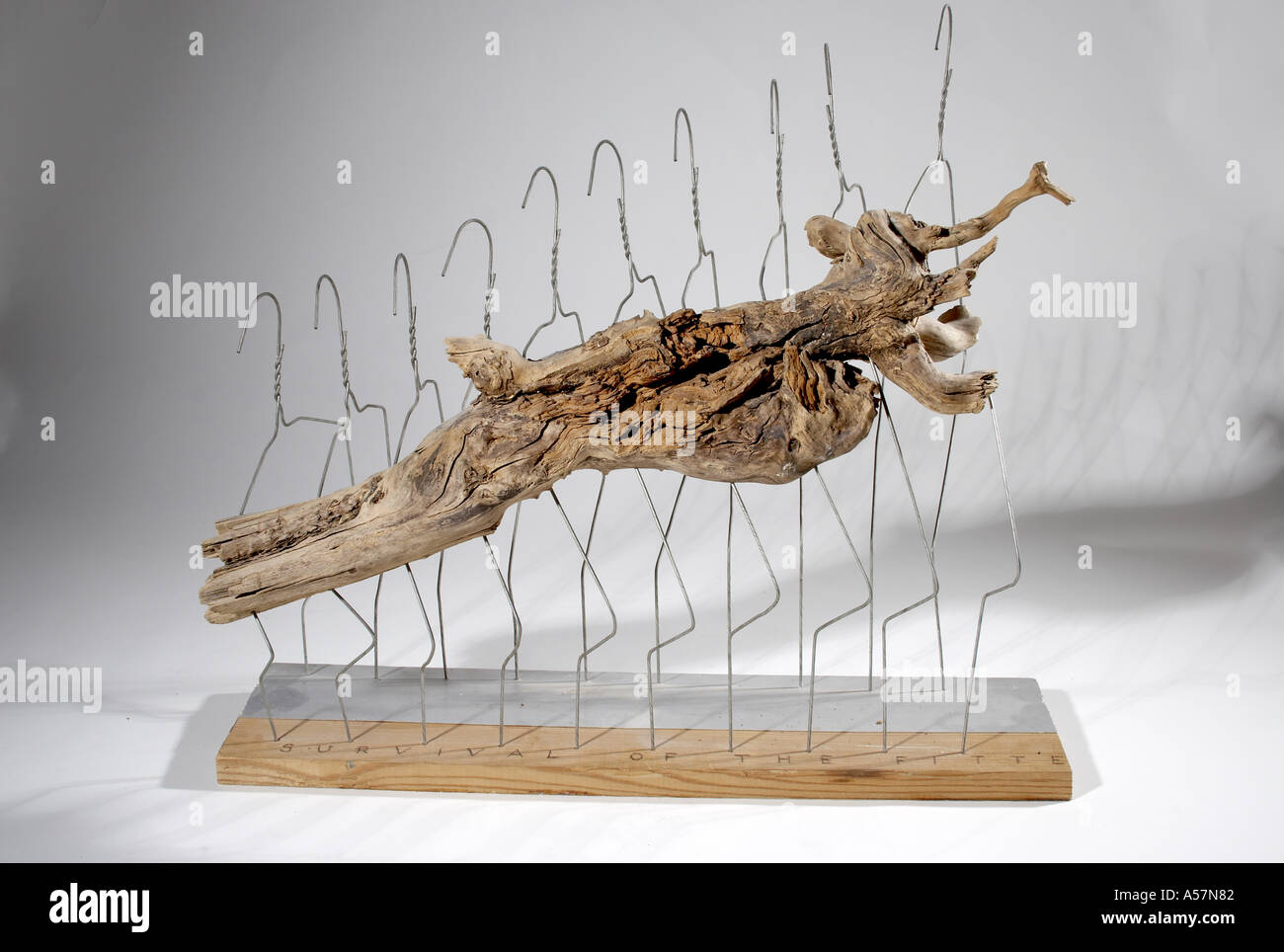 Abstrakte skulptur aus metall kleiderst nder holz silber for Folie zum bekleben von holz