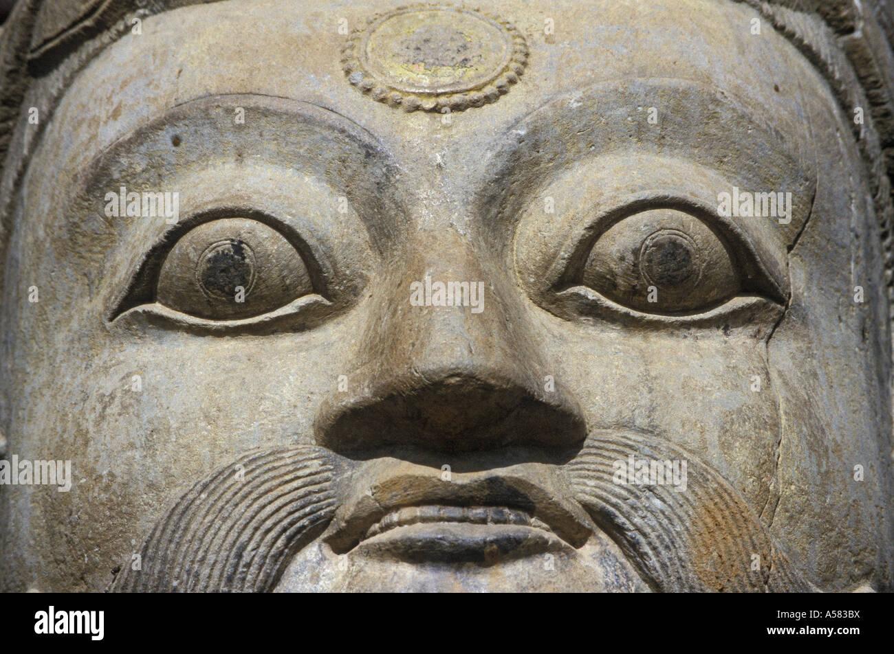 Stein-Gesicht des Guardian (legendäre Wrestler) am Anfang der Treppe von der Nyatapola-Tempel, Bhaktapur, Nepal Stockbild