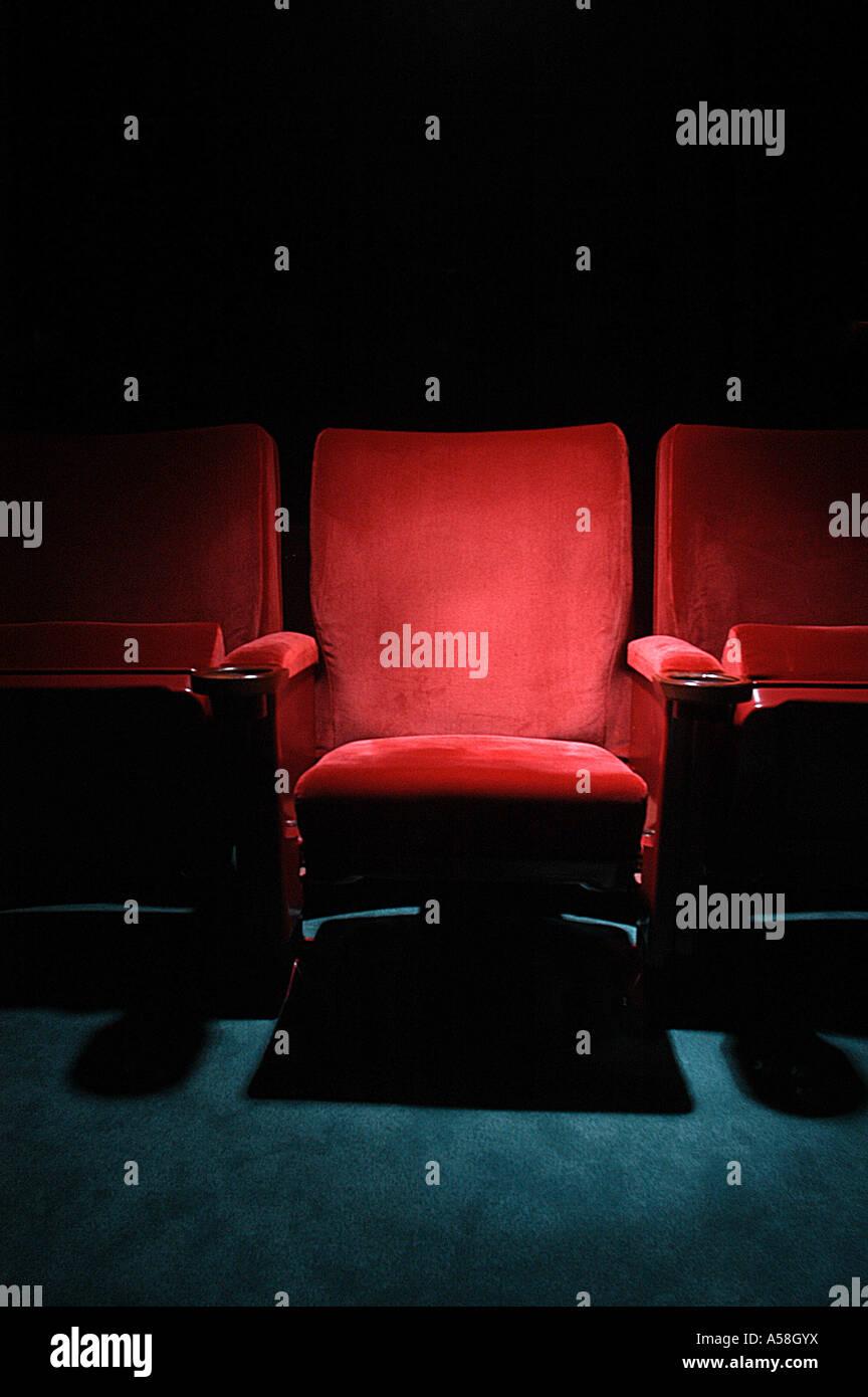 Hot Seat: Theater Kinosessel im Rampenlicht Stockbild