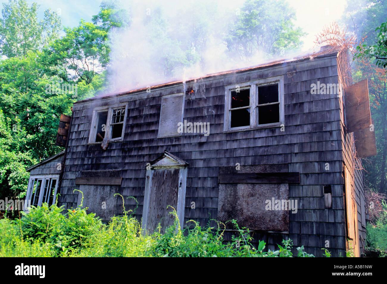 New York State alte Holz Rahmen Haus auf dem Land USA brennen ...