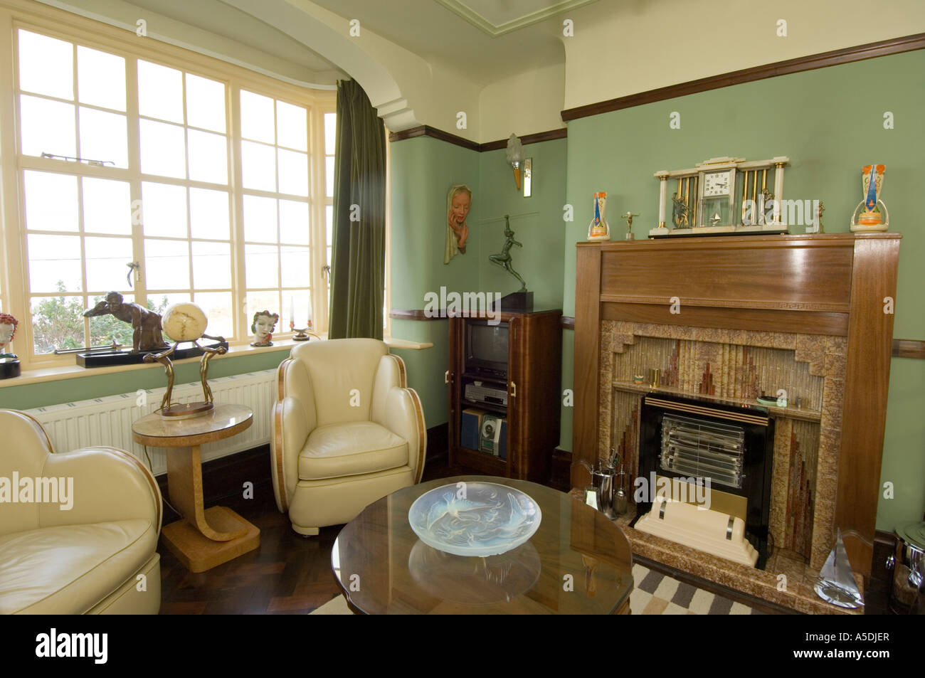 renoviertes art deco 1930 s haus innen lounge wohnzimmer nachmittag uk stockfoto bild. Black Bedroom Furniture Sets. Home Design Ideas