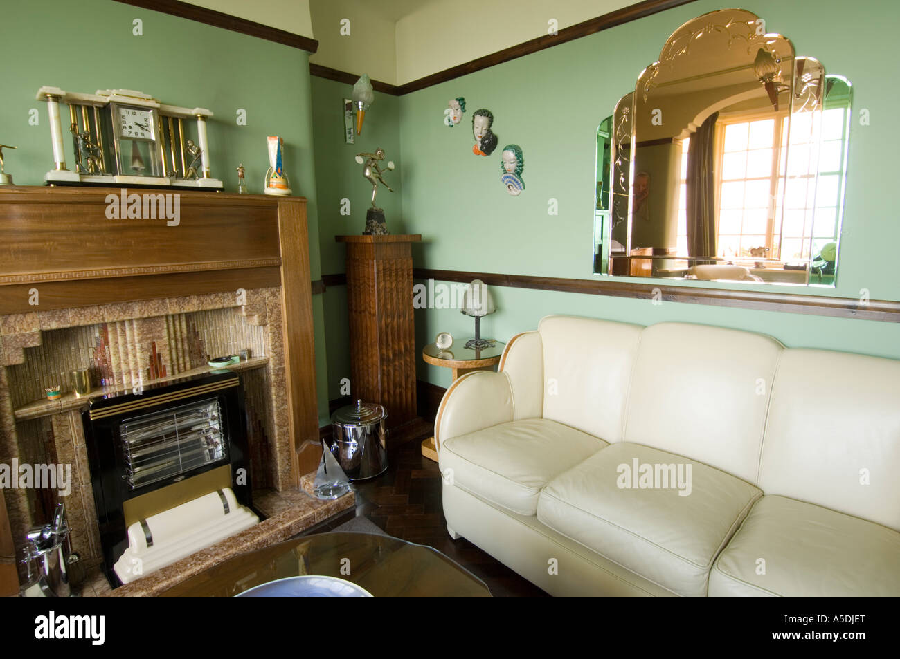 renoviertes art deco jugendstil 1930 s haus innen lounge wohnzimmer gr ne farbe stockfoto bild. Black Bedroom Furniture Sets. Home Design Ideas