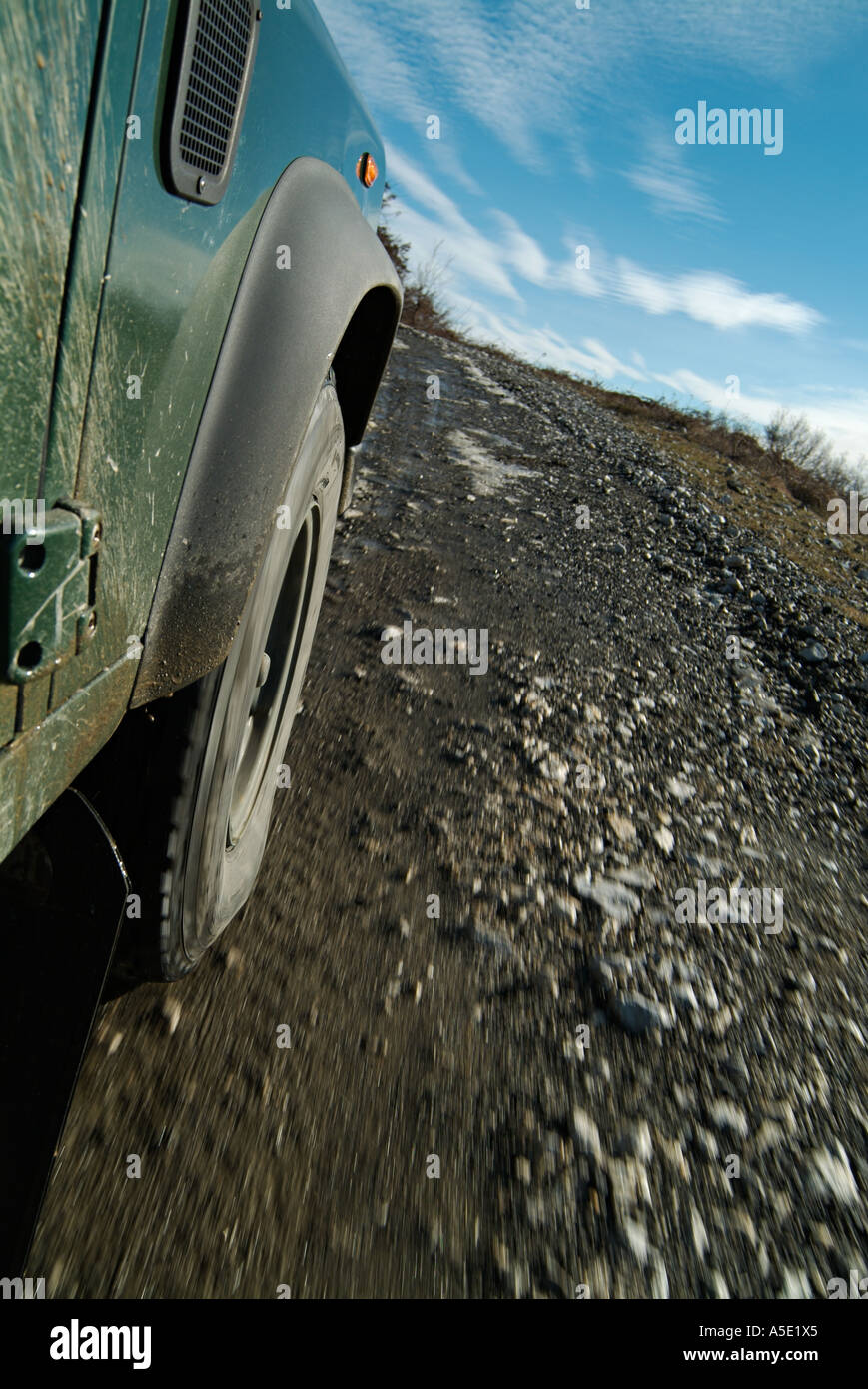 Geländewagen fahren über einen Feldweg Stockbild