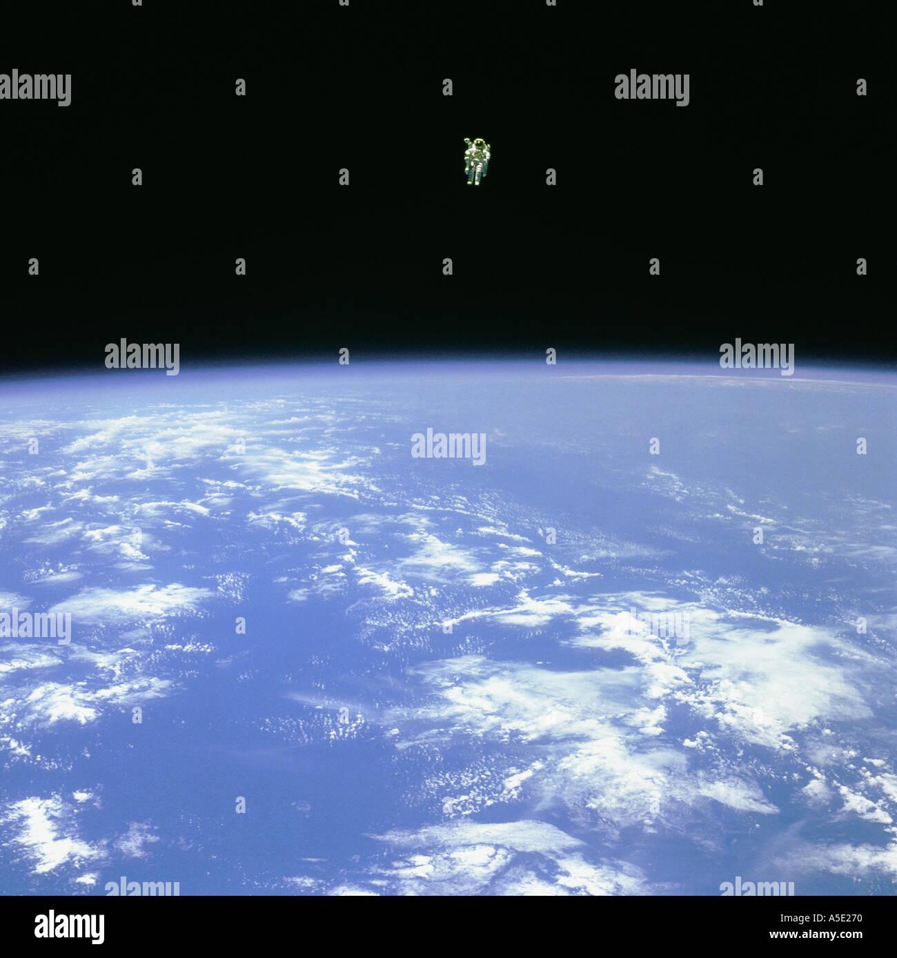 Spaceman schweben im Raum Erde aus dem Weltraum Stockbild