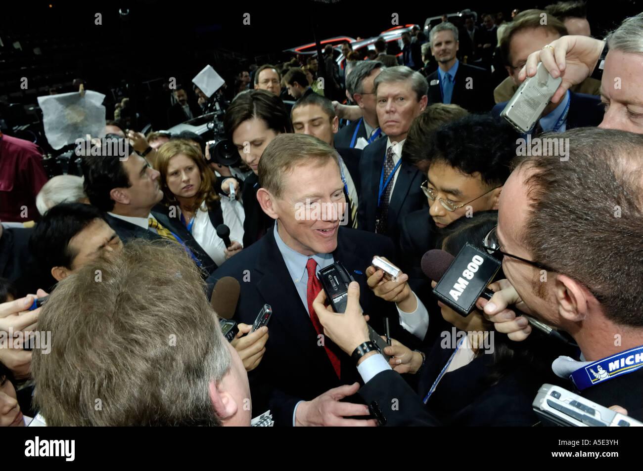Ford-Präsident und CEO Alan Mulally umgeben von der Presse bei der North American International Auto Show 2007 Stockbild