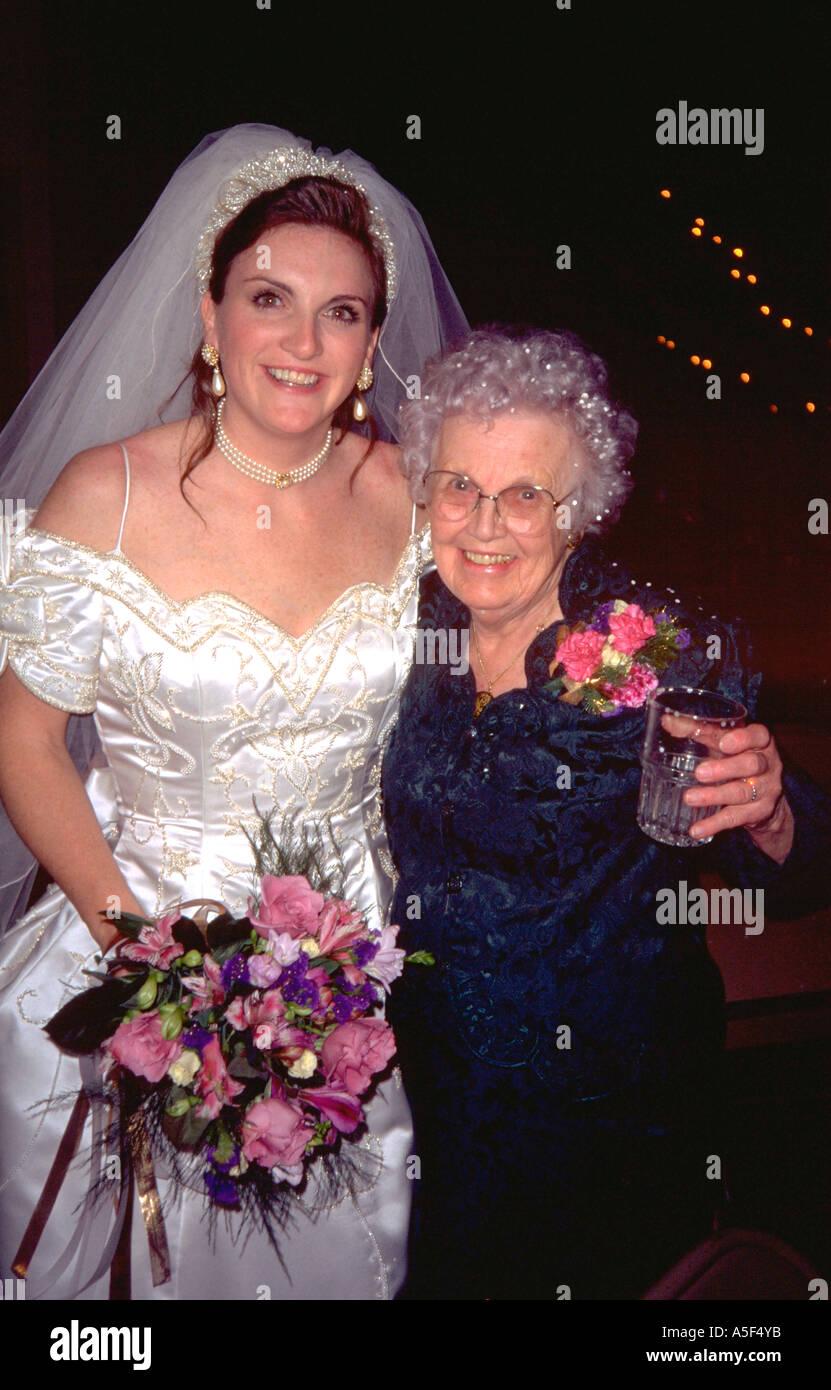 oma und braut umarmt bei hochzeit alter 24 und 82 st peter