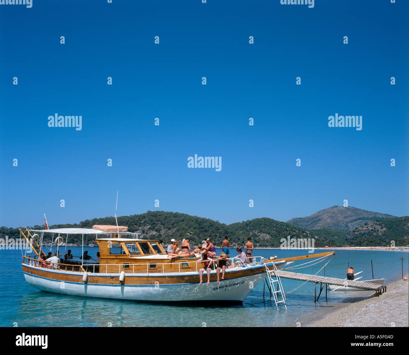 Ausflugsschiff am Strand von Olu Deniz, Fethiye, Türkei Stockbild