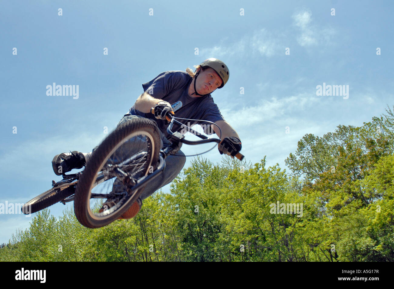 Biker, die Durchführung von Stunt bei einem Wettbewerb Stockfoto