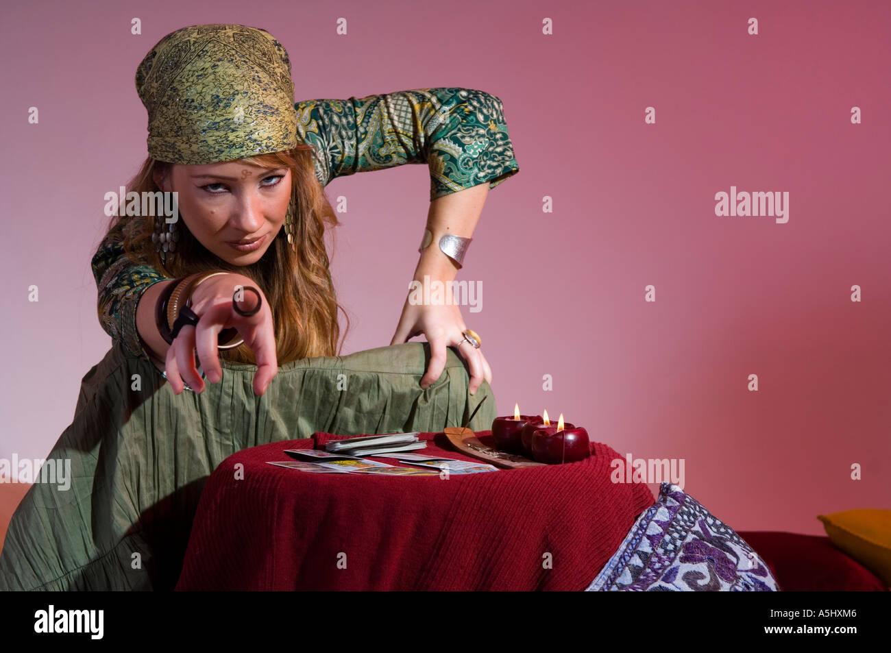 Frau erzählen Vermögen aus den Karten Stockbild