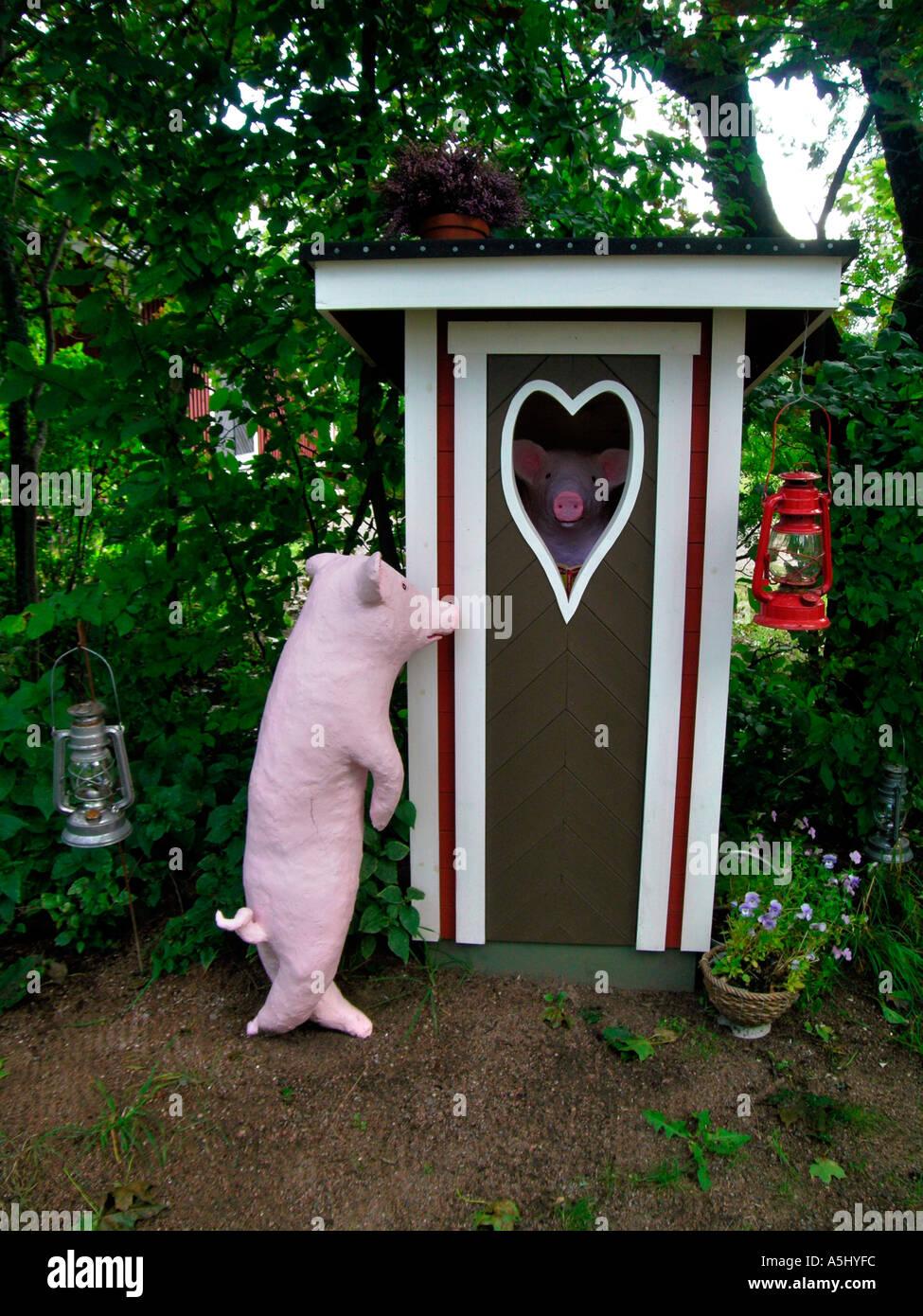 Schwein vor einem Loo-Kabine Stockbild