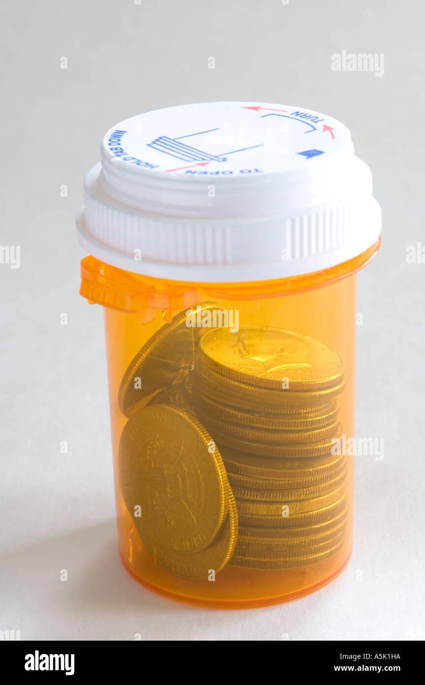 Münzen in Pille Flasche Konzept Stockbild