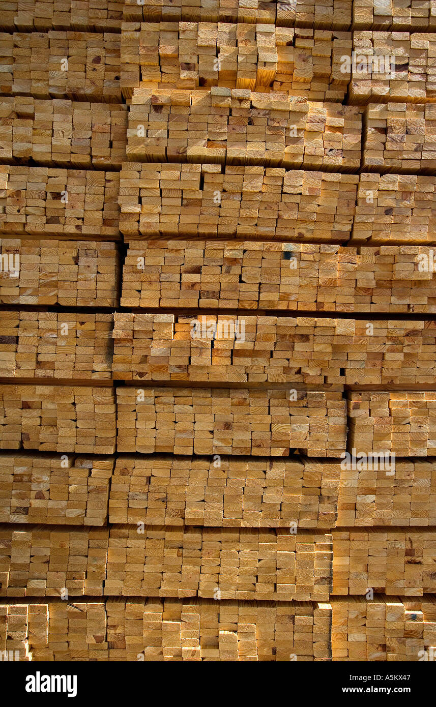 Haufen von Holz für den Wohnungsbau Stockbild
