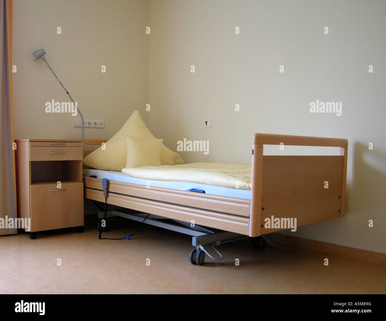 altenheim zimmer bett pflegeheim einzelzimmer einzelbett spartanisch ber m bel seniorenheim. Black Bedroom Furniture Sets. Home Design Ideas