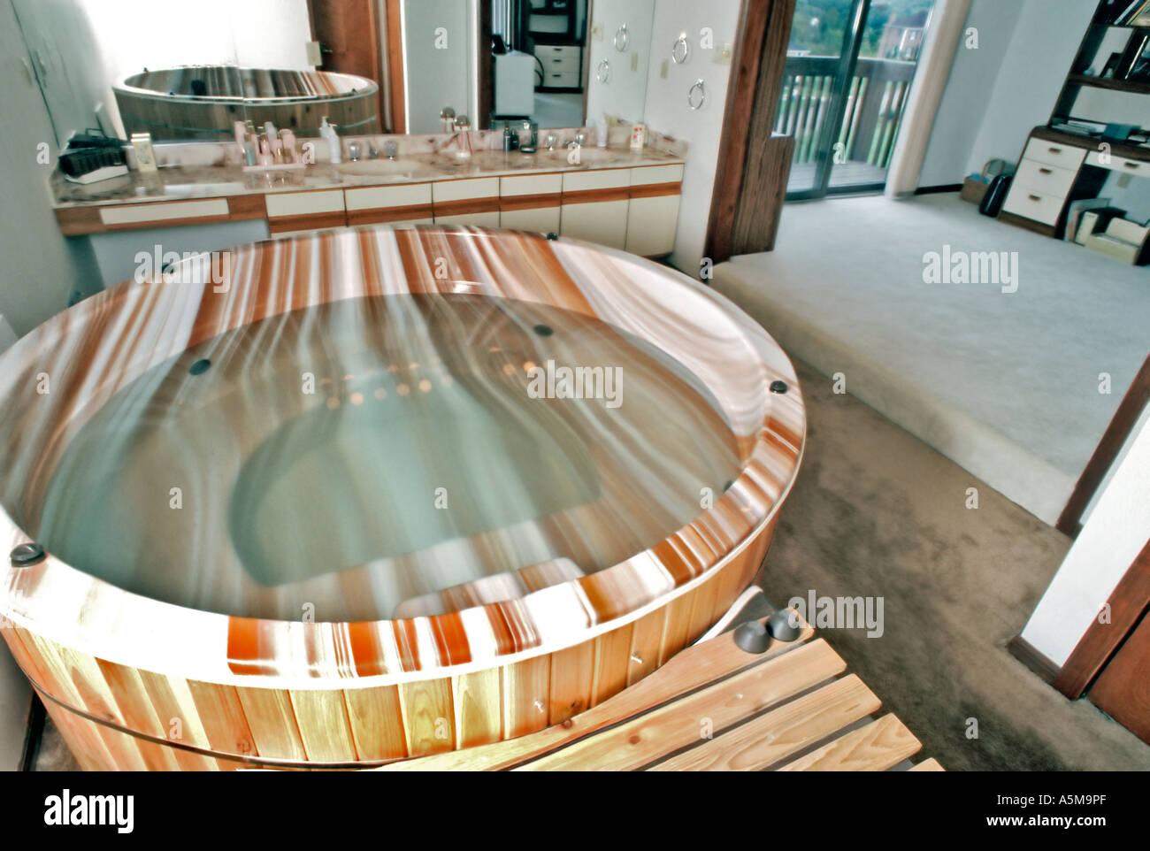 Whirlpool-Badewanne im Schlafzimmer in zeitgenössischen Single ...